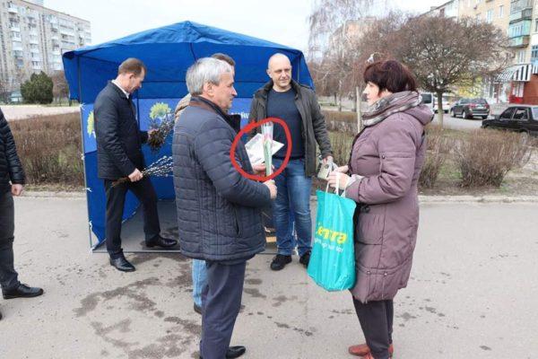 Мэр и депутаты поздравили женщин с 8 марта агитационными газетами
