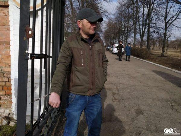 В Александрии пациент наркодиспансера приковал себя наручниками к забору (ФОТО)