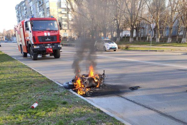 В ДТП на 6-го Декабря горел мотоцикл, водитель в больнице