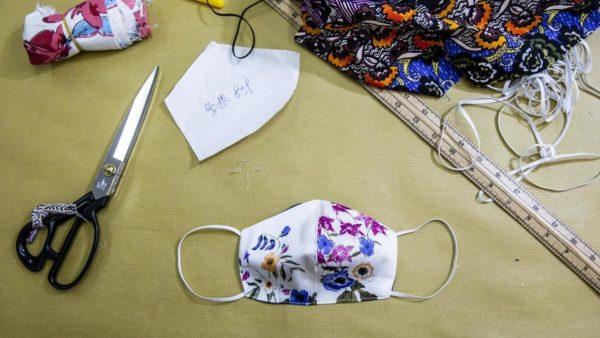 В Александрии работники ателье бесплатно шьют маски