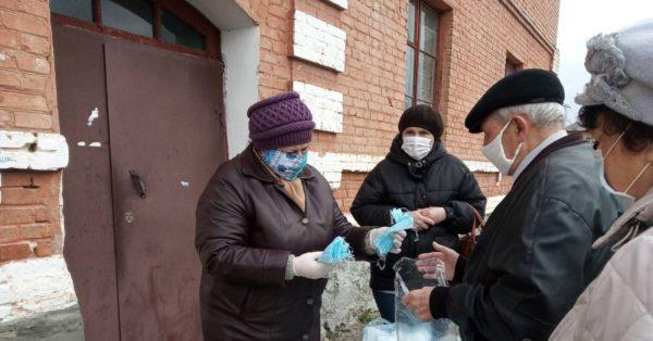 Учителя шьют маски и раздают их жителям «Победы»