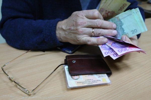Кому в апреле выплатят денежную помощь в 1000 гривен?