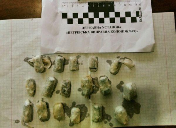 17 свертков с наркотиками в животном жире пытались передать осужденному