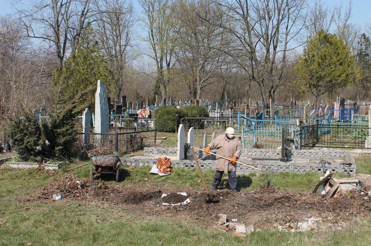 В Александрии территории 5 кладбищ убирают 7 человек
