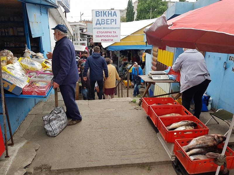 Рынок будущего: рыба с джинсами, венки с петрушкой, ковры с луком