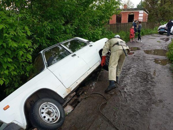 Александрийские спасатели вытащили машину из кювета