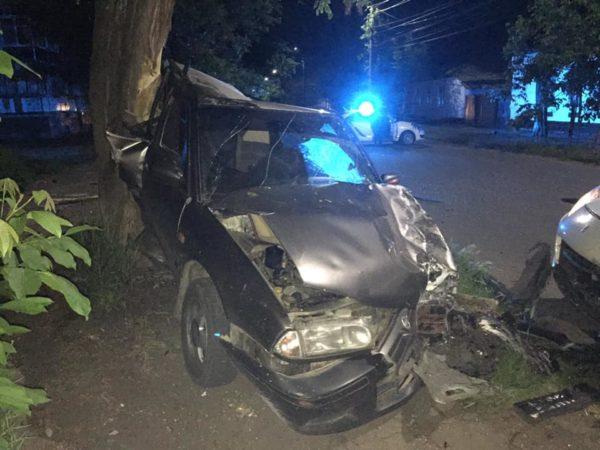 На улице Свято-Николаевской столкнулись Porsche Cayenne и Nissan Premiere