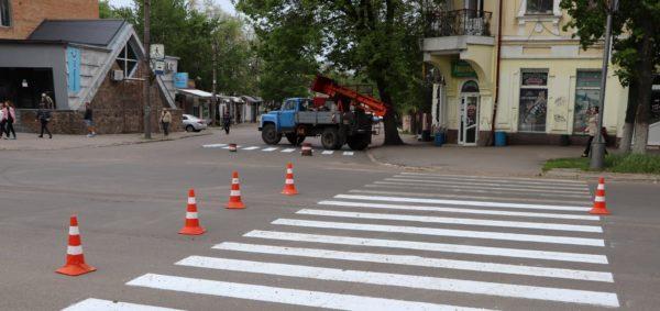 На центральных улицах Александрии обновляют «зебры»
