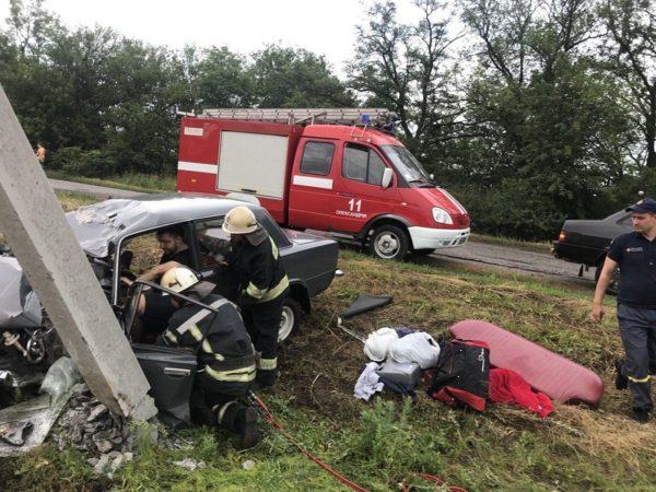 Водитель застрял в автомобиле, поврежденном в результате ДТП