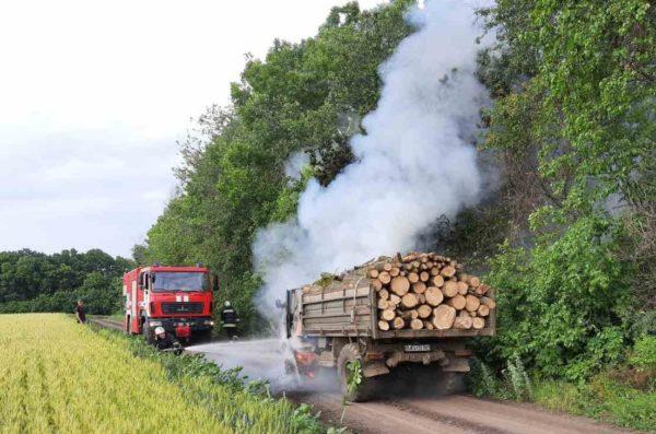 В Александрийском районе загорелась машина с дровами