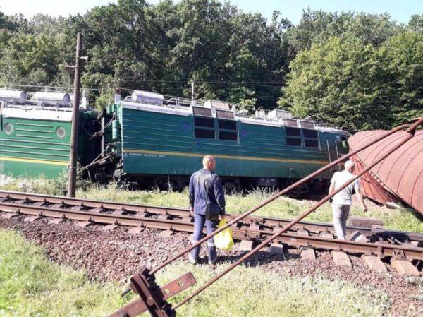 Поезд сошел с рельсов и снес строение на станции
