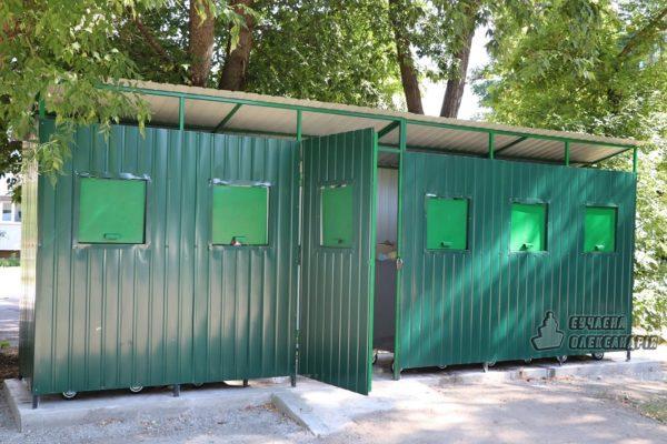 В Александрии возле пятиэтажки установили новые контейнеры для мусора