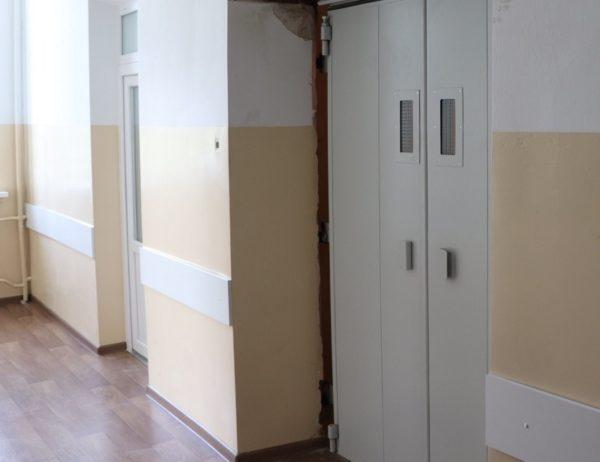 В стационаре и поликлинике городской больницы заменяют лифты