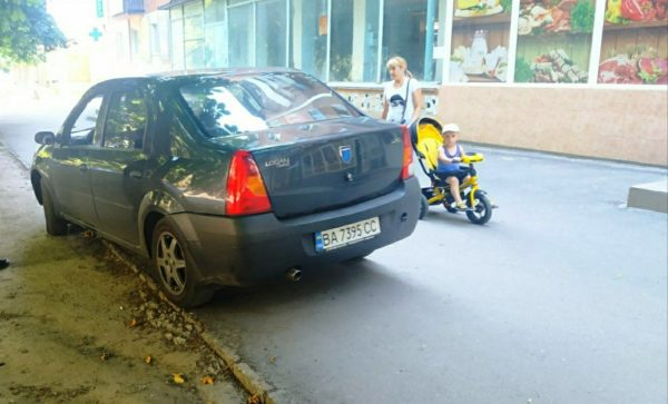 В Александрии составили 26 протоколов за парковку на тротуарах