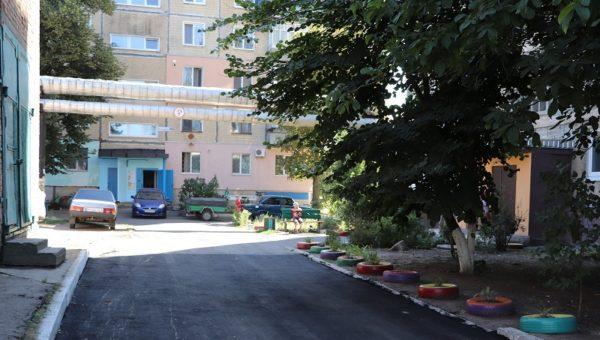В Александрии асфальтируют придомовые территории по Соборному проспекту (ФОТО)