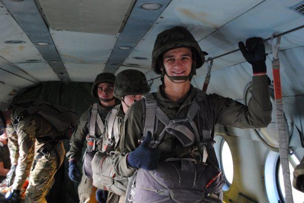 Александрийские военные практикуют десантирование с парашютом из вертолета Ми-8 (ФОТО)