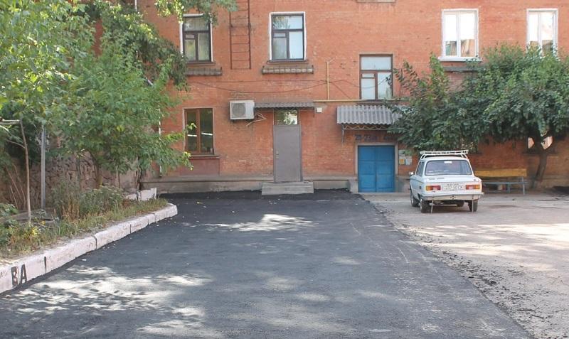 По улице Братской и Соборному проспекту асфальтируют придомовые территории