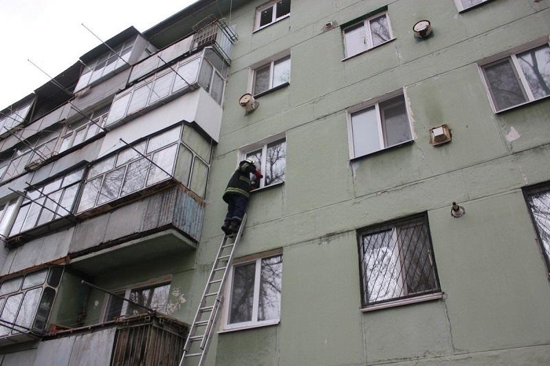 Александрийские спасатели трижды открывали двери квартир, где находись больные люди и спящий 7-летний мальчик (ФОТО)