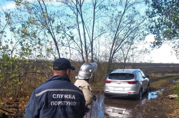 Возле Пантаевки в яме застрял автомобиль «Kia Forte»