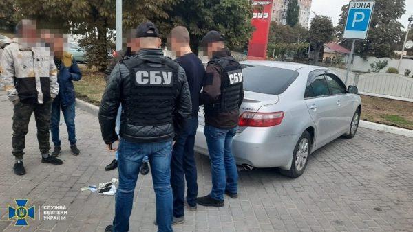 СБУ задержала чиновника миграционной службы на получении 3,5 тыс. долл. взятки (ФОТО)