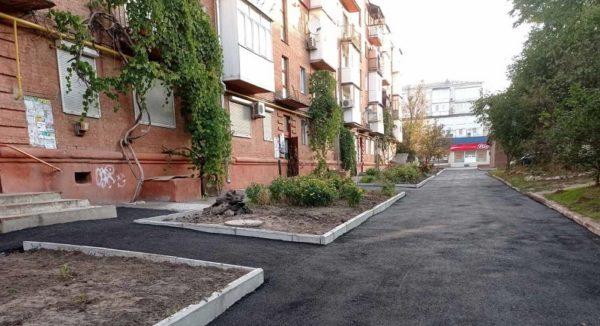 В Александрии завершают асфальтирование придомовых территорий