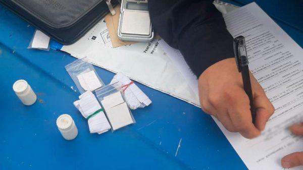В Александрии у 33-летнего мужчины нашли свертки с наркотиками и карманные весы