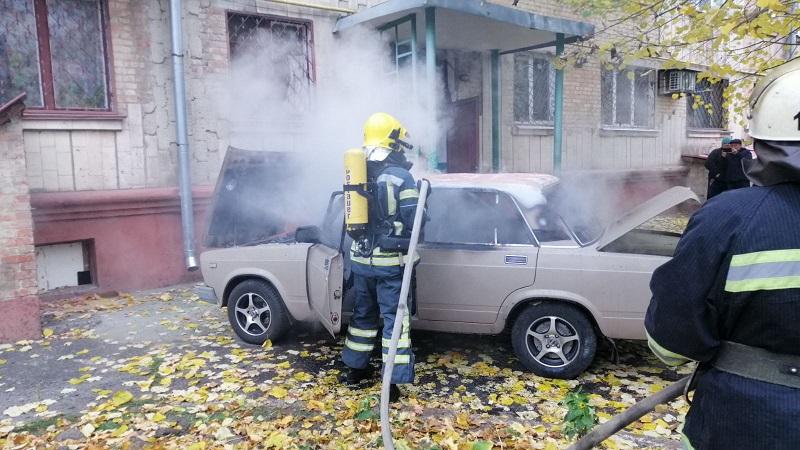 В Александрии у подъезда жилой пятиэтажки горела машина (ВИДЕО)