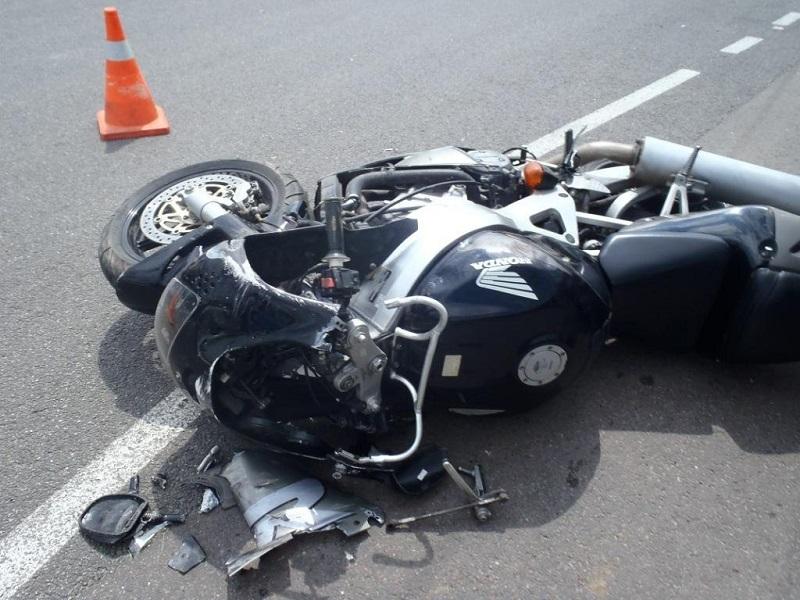 В Александрийском районе несовершеннолетний мотоциклист насмерть сбил 21-летнюю девушку