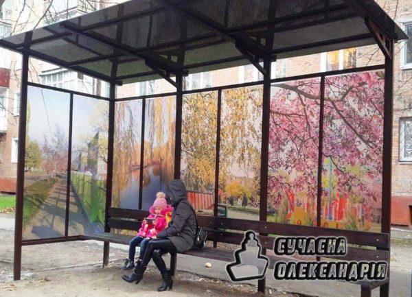 Новые стеклянные остановки украсили фотографиями Александрии