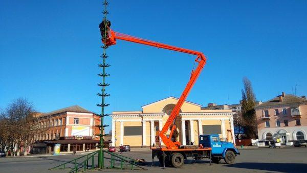 В Александрии на Соборной площади начали устанавливать елку