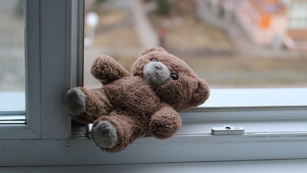 В Кропивницком 4-летняя девочка выпала из окна 8-го этажа: открыто уголовное производство