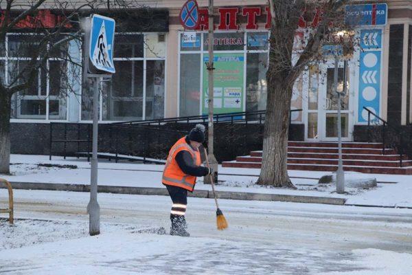 В Александрии 5 единиц спецтехники и коммунальщики расчищают дороги и тротуары от снега (ФОТО)