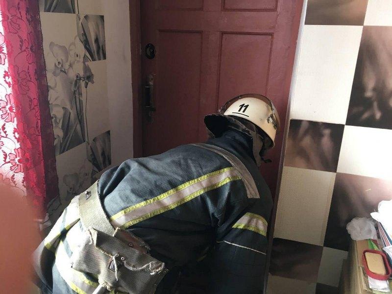 Александрийские спасатели оказали помощь мужчине, который находился за закрытой дверью (ФОТО)