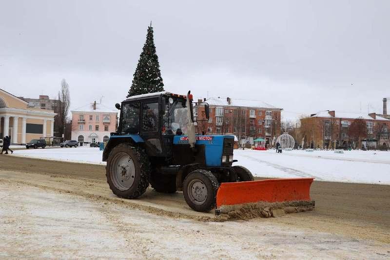 Александрийские коммунальщики убирают снег с четырех утра (ФОТО)