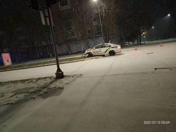 В Александрии на Соборном проспекте патрульные не справились с управлением и разбили два служебных авто