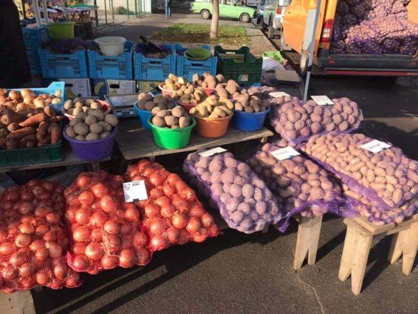 В Александрии разрешили продавать сезонную сельхозпродукцию на улицах возле Центрального рынка
