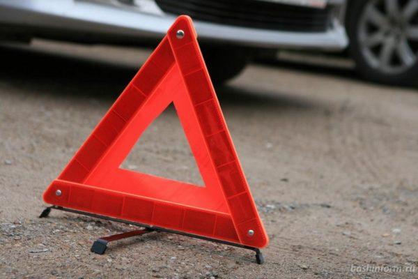 В Александрии водитель на иномарке без номеров снес забор частной территории (ФОТО)