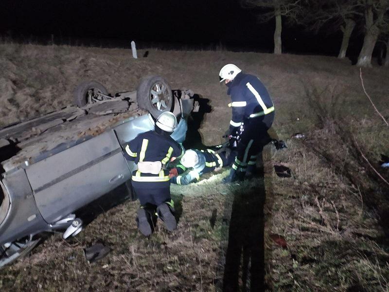 В Александрийском районе «Chevrolet» съехал в кювет и перевернулся на крышу, пострадал водитель и пассажирка (ФОТО)