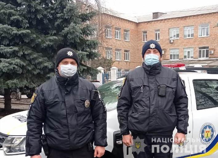 Полицейские помогли доставить в больницу мужчину, который болгаркой травмировал лицо (ВИДЕО)
