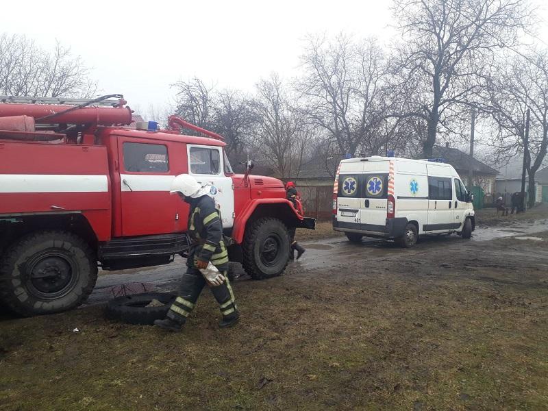 Александрийские спасатели отбуксировали легковушку и машину скорой помощи, которые застряли на сложных участках дорог