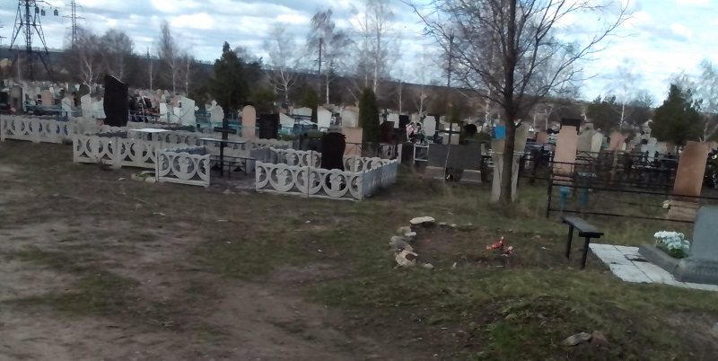 В Александрии работники КП «Ритуал» убирают территории пяти кладбищ