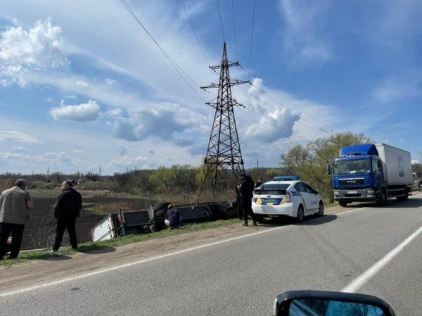 В Александрии грузовик торговой сети «АТБ» съехал с трассы и перевернулся на бок (ВИДЕО)