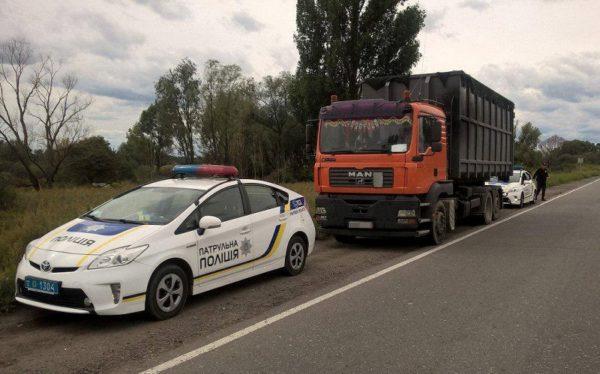 В Александрии водителя грузовика остановили за превышение скорости и обнаружили у него поддельные документы