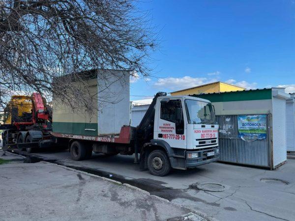 Возле центрального рынка с проезжей части демонтируют торговые киоски (ФОТО)