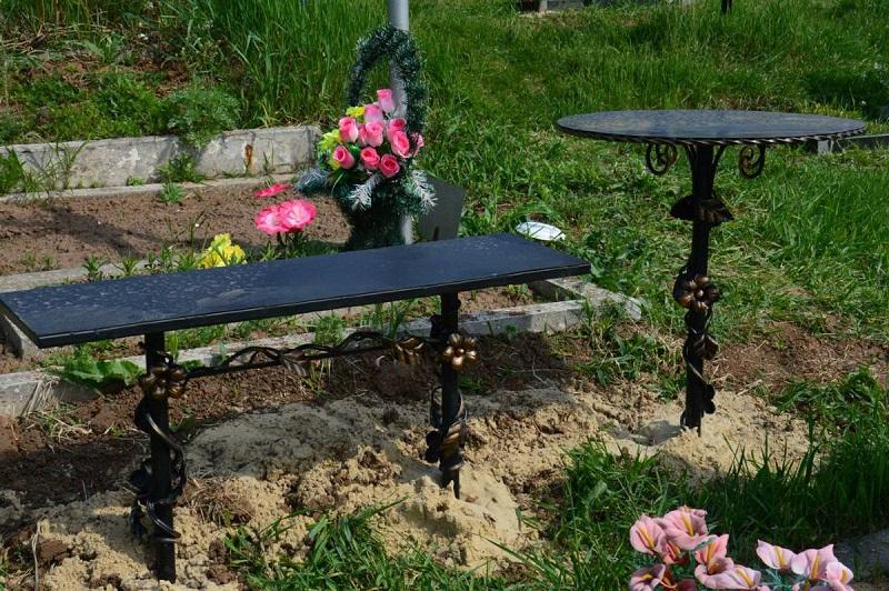 Во дворе частного дома 64-летнего александрийца обнаружили скамейки, столы и ограждения с кладбища (ФОТО)