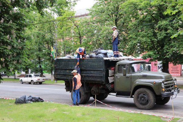 Александрийские коммунальщики устраняют последствия празднования Дня города (ФОТО)