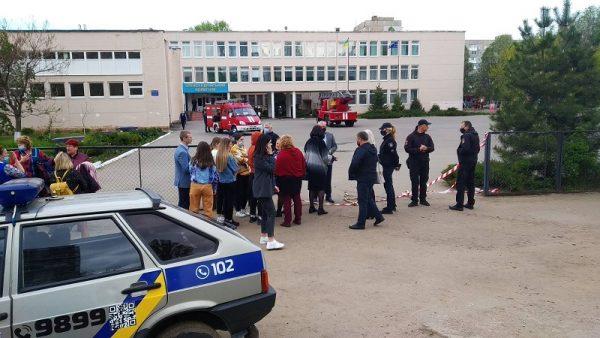 В связи с сообщением о минировании Александрийского коллегиума из здания эвакуировали всех учеников и работников