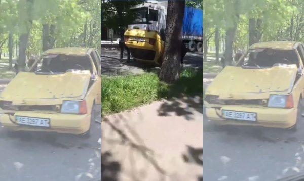 В Александрии легковой автомобиль сбил столб и перевернулся