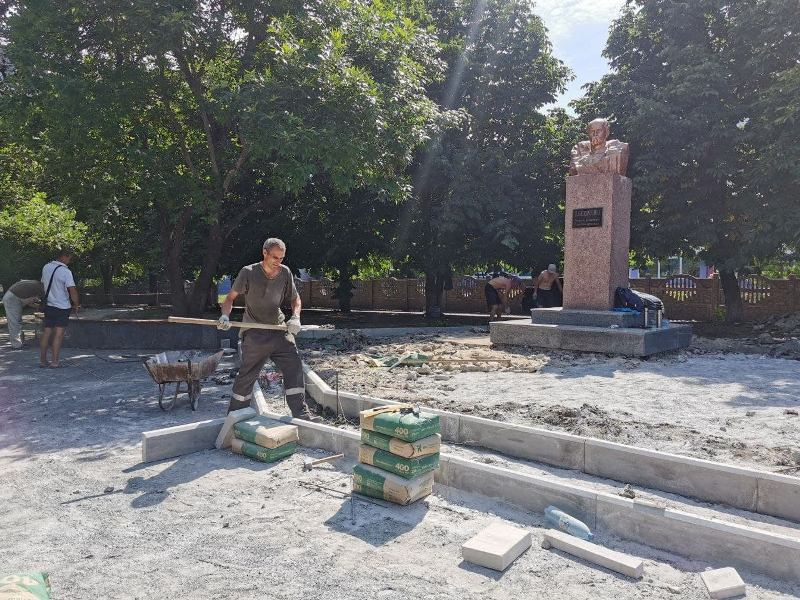 В Александрии продолжается реконструкция памятника Тарасу Шевченко (ФОТО)