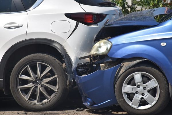 В Александрии машина службы такси врезалась в припаркованную «Мазду» (ФОТО)